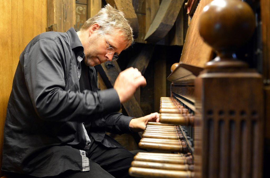 Openluchtconcert met beiaard en piano